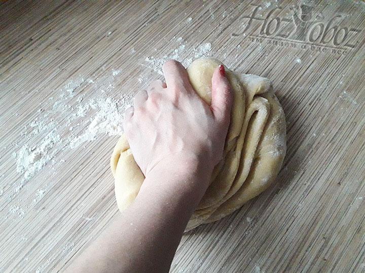 Аккуратно разминаем тесто руками до эластичности, при необходимости подпыляя мукой