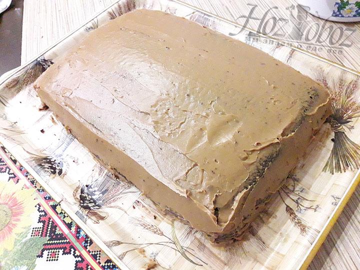 Верх и края торта намазываем особенно щедро