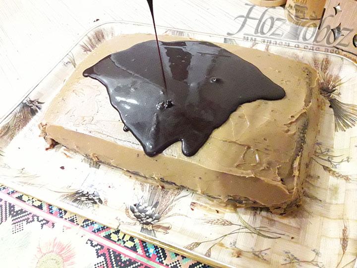 В завершении поливаем торт готовой остывшей глазурью