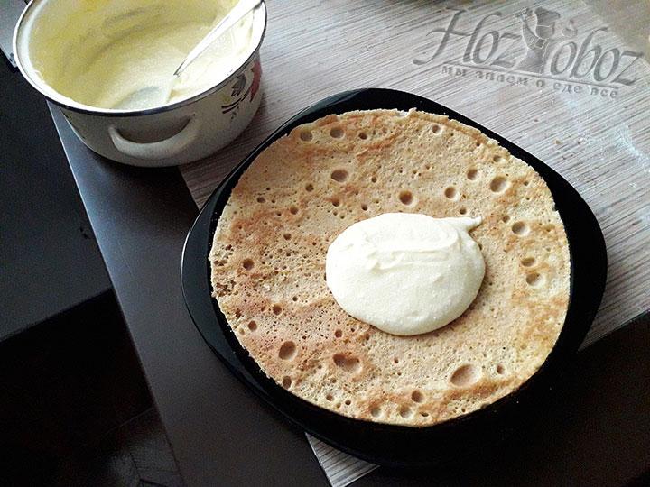 Готовые и остывшие коржи смажем кремом чередуя со сгущенным молоком