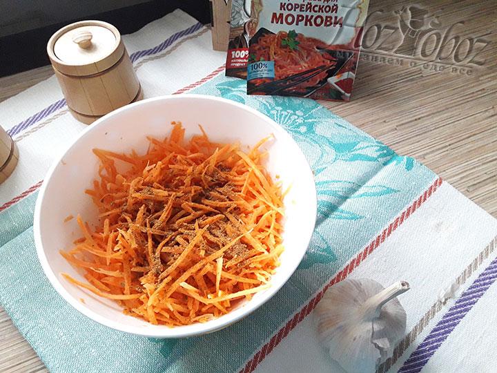 Посыпем морковку приправами по вкусу