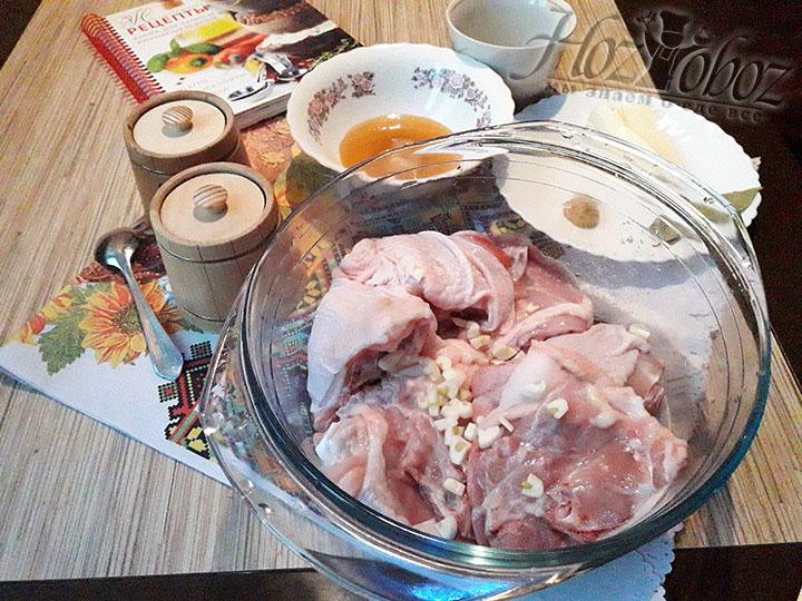 Приправим курицу чесноком