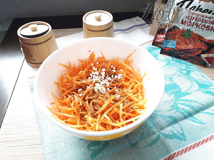 Смешаем морковку с чесноком