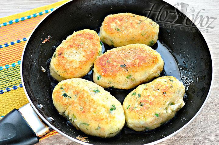 Жарим биточки из картофеля и сыра