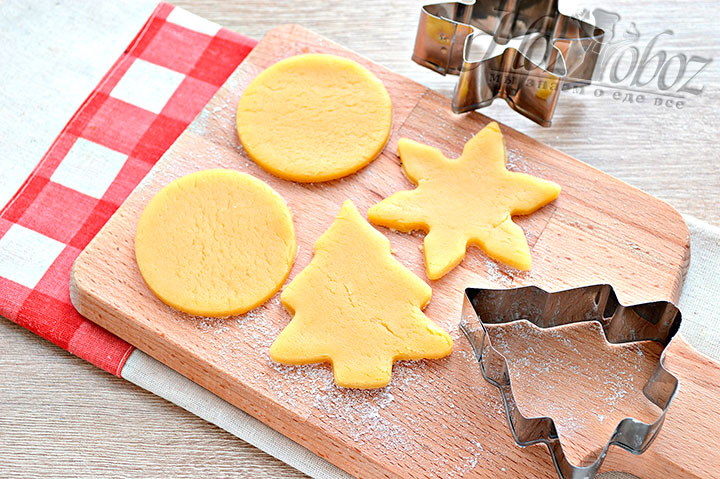Раскатываем тесто, вырезаем печенье