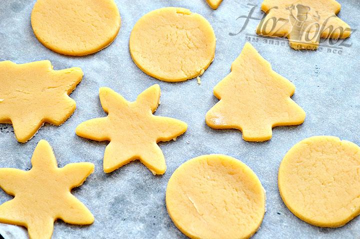Выкладываем печенье на кулинарную бумагу