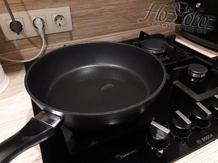 Масло для обжарки нагреваем в сковородке или сотейнике