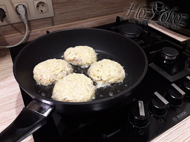 Выкладываем в масло картофельные блины и жарим примерно 10 минут