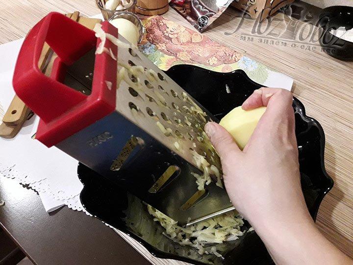 Картошку натираем на обычной терке и сливаем лишнюю жидкость