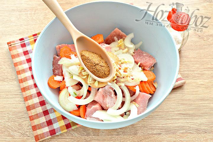 Солим, добавляем приправу для мяса