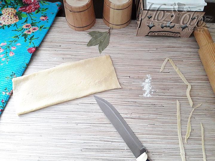 Пласт сворачиваем и разрезаем на ленточки