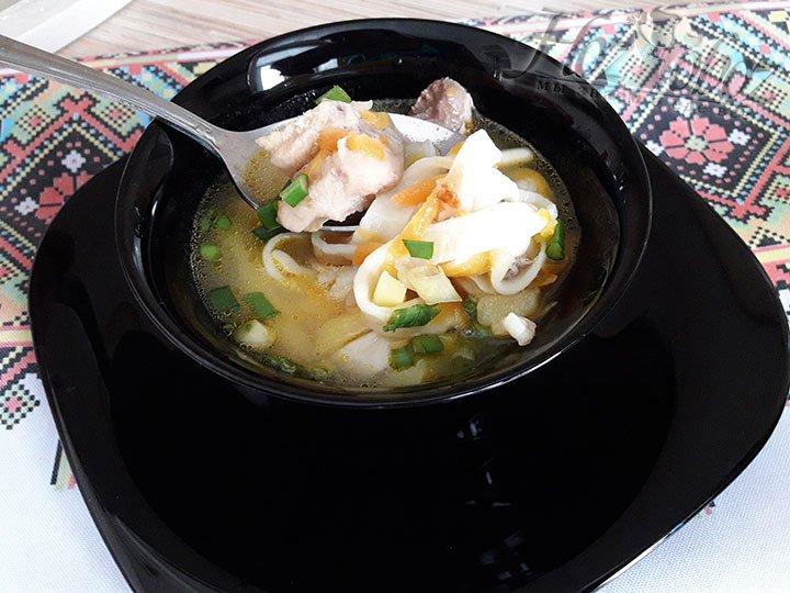 Разливаем суп по порционным тарелкам и посыпаем зеленью