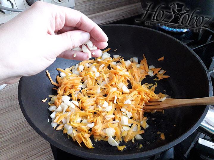Обжариваем овощи вместе с чесноком