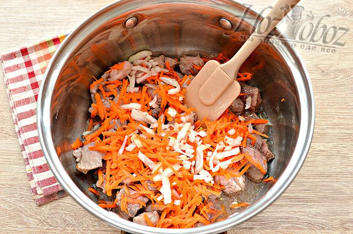Перекладываем в кастрюлю лук с морковкой