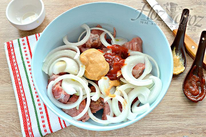 Добавляем томатную пасту, горчицу и масло