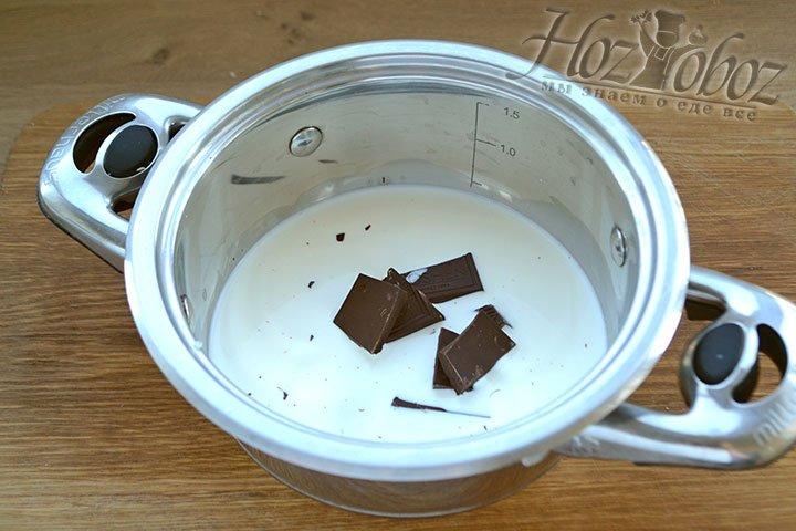 Сливки наливаем в кастрюлю с толстым дном или помещаем на водяную баню и начинаем нагревать, а затем добавляем в кастрюлю разломанный на кусочки шоколад