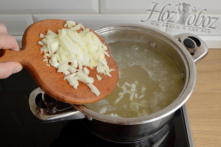 Для этого супа овощи можно зажаривать на растительном масле, а можно просто сварить вместе с горохом. Мы не зажариваем и прежде кладем в кастрюлю нарезанный кубиками лук