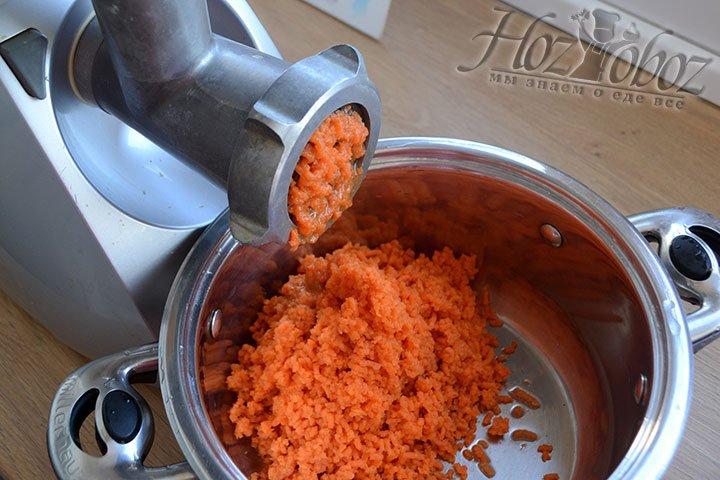 Теперь пропускаем продукты через мясорубку и начнем с моркови