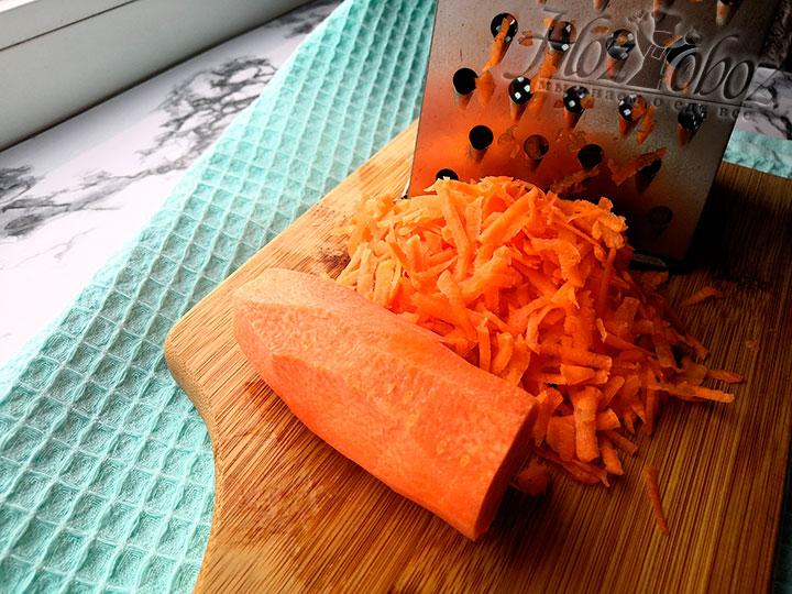 Мелко режем или трем на терке морковь