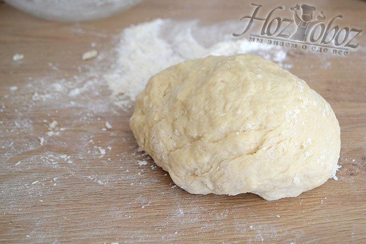 Когда венчиком мешать тесто станет сложно, его следует выложить на ровную поверхность и начать замешивать руками