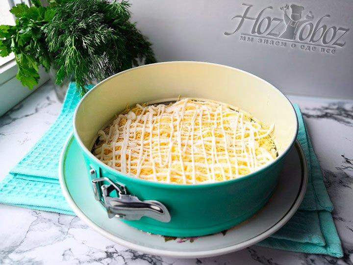 Добавим сыр и покроем его майонезом