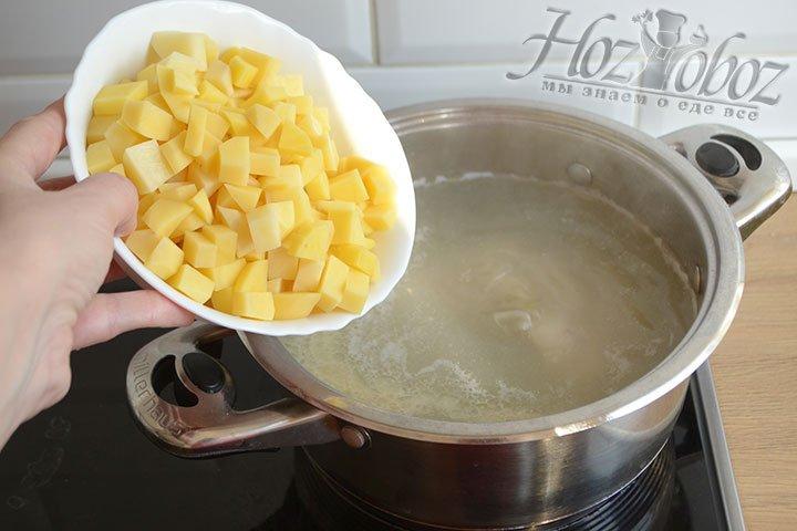 Отправляем в бульон нарезанный кубиками картофель