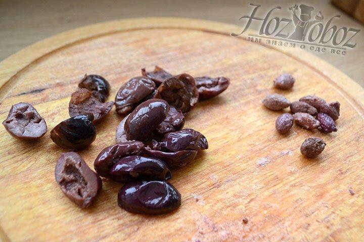Из маслин вынимаем косточки и делим каждую пополам