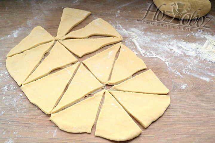 Чтобы придать хворосту форму прежде всего отделяем треть от всего теста, остальное накрываем кульком, чтобы не заветрилось. Кусок раскатываем в пласт толщиной около 3 мм и нарезаем его на треугольники, как на фото