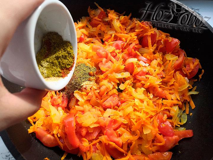 Обжариваем лук, морковь и помидоры с добавлением приправы