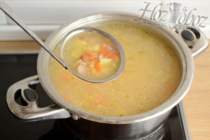 Добавляем все ингредиенты и провариваем минуты 3, а потом приправляем солью и перцем и настаиваем минут 15