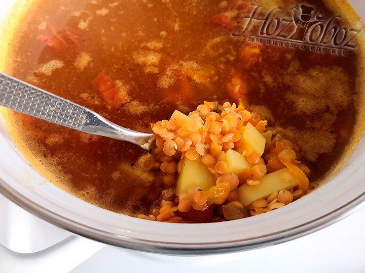 К готовому бульону из куриной грудки добавляем зажарку из овощей, картофель кубиками. Варим, не закрывая крышкой, 25 минут