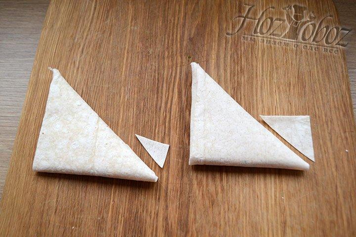 Закручиваем треугольник до тех пор, пока не закончится полоска лаваша