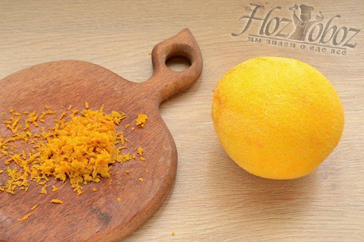 Тем временем, пока подходит тесто, снимаем цедру с одного апельсина