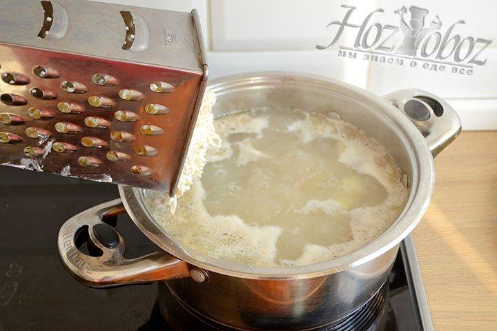Добавляем плавленый сыр в кастрюлю
