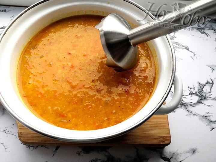 Преобразовываем суп в пюре погружным блендером