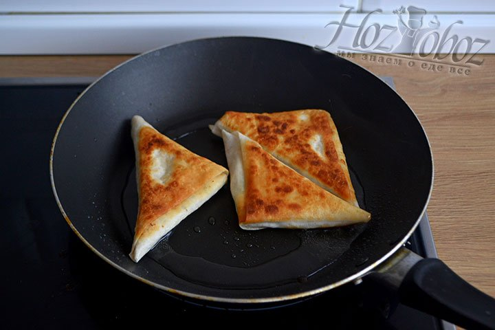 Раскаляем масло в сковородке и по 2-3 минуты обжариваем лаваши с каждой стороны