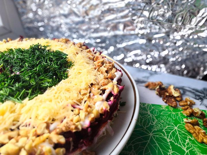 Украсим салат грецкими орехами, сыром и зеленью