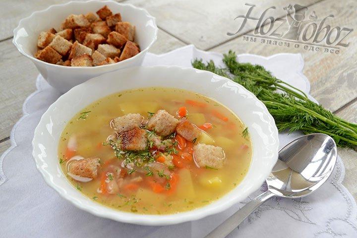 Подавать суп надо приправляя каждую тарелку нарезанной свежей зеленью и сухариками