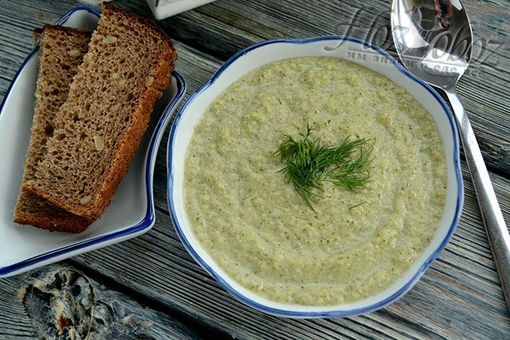 Подавать суп надо горячим с зеленью и сухариками