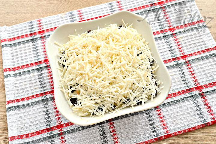 Выкладываем сырный слой