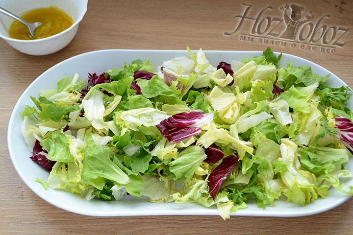 Что собрать салат на дно выкладываем вымытые и высушенные листья зеленого салата, того который вы любите