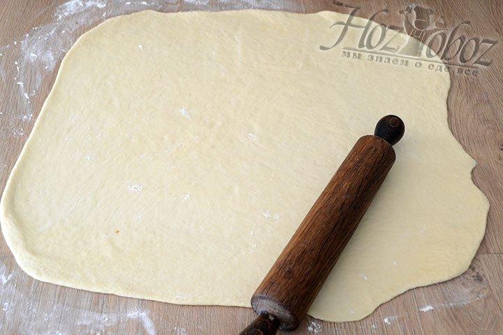 Тесто хорошенько обминаем и скалкой раскатываем до толщины в 5 мм