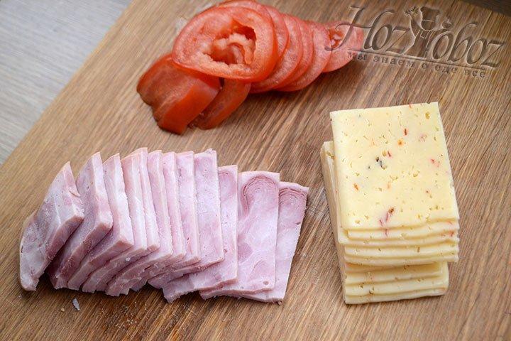 Нарежем сыр и ветчину ломтиками
