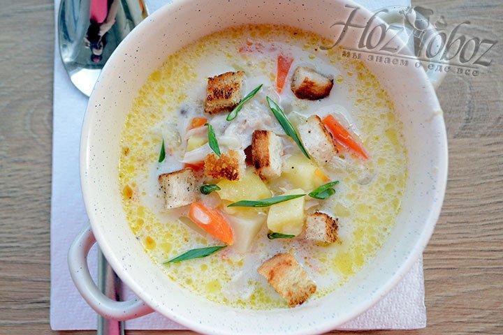 Сервируем порционную тарелку, добавляем зелень и сухарики