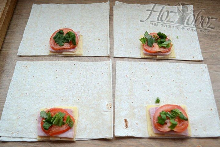 На сыр и ветчину кладем томаты и зелень, а потом просто заворачиваем лаваш конвертиком