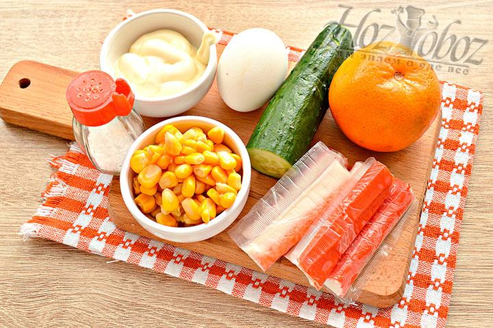 Подготавливаем для крабового салата ингредиенты