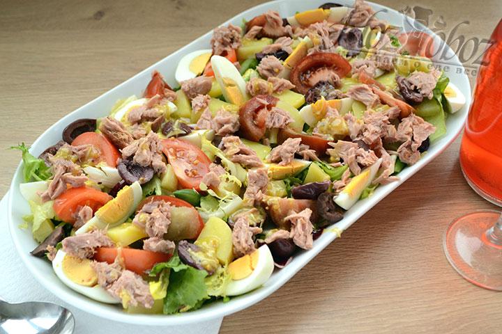 Щедро поливаем салат заправкой и подаем к столу