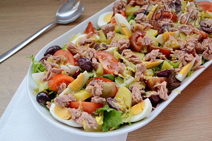 Если вы решили подавать салат не на общей тарелке а порционно, соус лучше налить в соусник и предложить каждому гостю отдельно