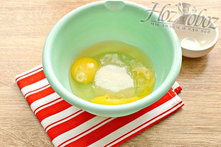 Яйца солим, добавляем сахарный песок