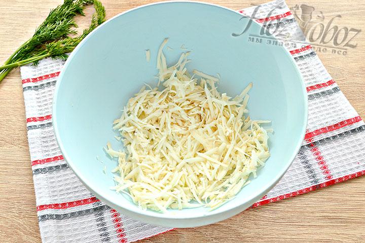 Измельчаем теркой сыр